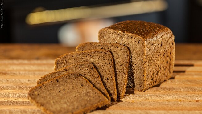 Product picture sprouted rye bread sliced